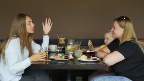 Ludzie Opowiada podczas lunchu przy sklepem z kawą zdjęcie wideo