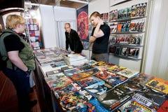 Ludzie opowiadali komiksy przy graficznym powieść stojakiem Obrazy Royalty Free