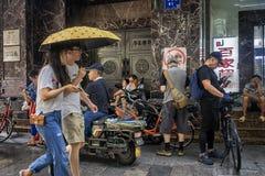 Ludzie osłania od deszczu na poboczu obrazy royalty free