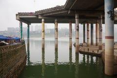 Ludzie łowi w Jialing rzece fotografia royalty free