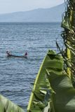 Ludzie łowi w Taal wulkanu jeziorze w Batangas Filipiny zdjęcia stock