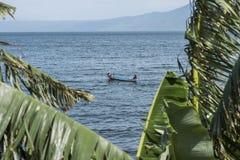 Ludzie łowi w Taal wulkanu jeziorze w Batangas Filipiny obrazy royalty free