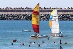 Ludzie Pływa Wśród Kolorowych jachtów w morzu Obrazy Stock