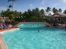 Ludzie pływa w krysztale - jasny błękitne wody basen w republiki dominikańskiej punta Cana kurorcie Obraz Royalty Free