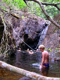 Ludzie pływa w naturalnej lagunie Zdjęcia Stock