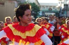 Ludzie paradują ulicznego tana w kolorowych kostiumach, przewożenie niemowlaka Jezus ico Zdjęcia Stock