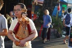 Ludzie paradują ulicznego tana w kolorowych kostiumach, przewożenie niemowlaka Jezus ikona Obraz Royalty Free