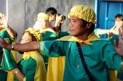 Ludzie paradują ulicznego tana w kolorowych kostiumach, przewożenie niemowlaka Jezus ikona Obrazy Stock