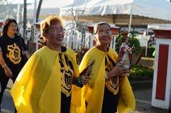 Ludzie paradują ulicznego tana w kolorowych kostiumach, przewożenie niemowlaka Jezusowa ikona świętować rocznego sinulog festiwal Fotografia Royalty Free