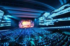 Ludzie patrzeją scenę przy koncertem E.Piecha obraz stock