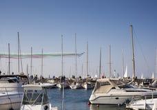 Ludzie patrzeje żaglówki podczas 50° Barcolana regatta, Trieste obraz stock