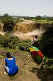 Ludzie patrzeje błękitnych Nile spadki, Fotografia Stock