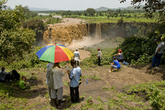 Ludzie patrzeje błękitnych Nile spadki, Obraz Royalty Free