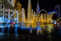 Ludzie patrzeje fontannę z nocy światłem Obraz Stock