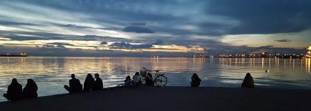 Ludzie patrzeje morze zdjęcie royalty free
