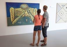 Ludzie patrzeje obrazek w muzealnym Danubiana, Sistani Zdjęcie Stock