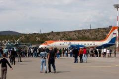 Ludzie patrzeje samolot RadarNPP Ilyushin Il-114 Obrazy Royalty Free