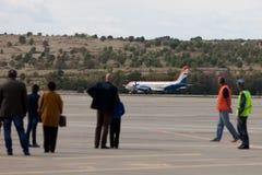 Ludzie patrzeje samolot RadarNPP Ilyushin Il-114 na t Zdjęcie Stock
