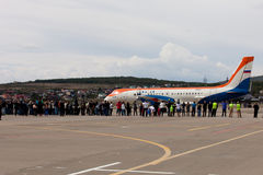 Ludzie patrzeje samolot RadarNPP Ilyushin Il-114 przygotowywają Zdjęcia Royalty Free