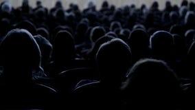 Ludzie patrzeje scenę w audytorium Strzelać od plecy footage zbiory