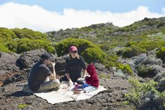Ludzie pinkin przy Roche Półkowymi powulkanicznymi skałami w Saint Paul De Los Angeles Spotkanie, Francja Zdjęcie Stock