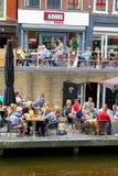 Ludzie plenerowej cukiernianej tarasu kanału wody, Leeuwarden Zdjęcia Stock