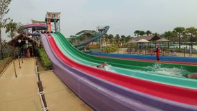 Ludzie pochodzą od kolorowych wodnych obruszeń w Aqua parku Ramayana swobodny ruch zbiory
