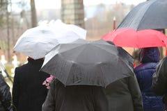 Ludzie pod parasolem Obrazy Royalty Free