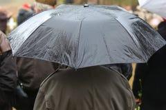Ludzie pod parasolem Obraz Stock