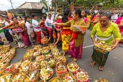 Ludzie podczas świętowania przed Nyepi - balijczyka cisza dzień Dzień Nyepi także świętuje jako nowy rok Zdjęcia Stock