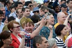 Ludzie podczas świętowania zwycięstwo dzień oglądają koncert przy wystawą Ekonomiczni osiągnięcia Obrazy Stock