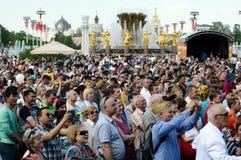 Ludzie podczas świętowania zwycięstwo dzień oglądają koncert przy wystawą Ekonomiczni osiągnięcia Zdjęcia Stock
