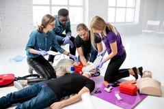 Ludzie podczas pierwszej pomocy szkolenia zdjęcie stock