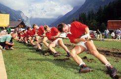 Ludzie podczas tradycyjnej linowej ciągnienie rywalizaci przy Engelberg Obraz Royalty Free