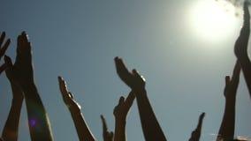 Ludzie podnosi ręki, oklaskuje przy żywym koncertem, chłodno przyjęcie, rozrywka zbiory wideo