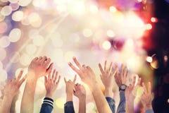Ludzie podnosi up ręki przy koncertem obrazy stock