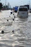 Ludzie podołają z powodzią w ich miasteczku Pathum Thani, Tajlandia, w Październiku 2011 obraz royalty free