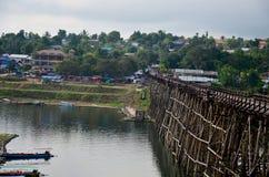 Ludzie podróżują i chodzą na Saphan Mon drewnianym moscie w ranku ti Obrazy Royalty Free