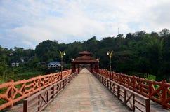 Ludzie podróżują i chodzą na Saphan Mon drewnianym moscie w ranku ti Fotografia Royalty Free