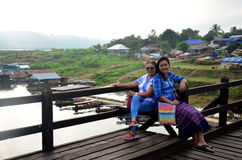 Ludzie podróżują i portret na Saphan Mon drewnianym moscie w mornin Fotografia Royalty Free