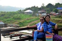 Ludzie podróżują i portret na Saphan Mon drewnianym moscie w mornin Obraz Stock