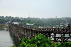Ludzie podróżują i waiking na Saphan Mon drewnianym moscie w ranku Obrazy Royalty Free