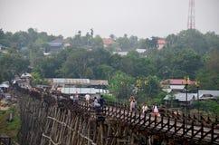 Ludzie podróżują i waiking na Saphan Mon drewnianym moscie w ranku Zdjęcie Royalty Free