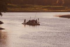 Ludzie podróżuje na tradycyjnej łodzi w Bangladesz obraz stock