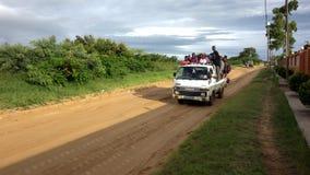 Ludzie podróżuje niebezpiecznie z zatłoczonym samochodem dostawczym Obraz Stock