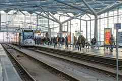 Ludzie podróżuje z tramwajem przy środkową stacją Haga holandie Obraz Royalty Free