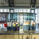 Ludzie podróży przy Alexanderplatz stacją metru w Berlin Zdjęcia Stock