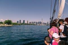 ludzie podróżuje na wysokim statku w jeziornym Ontario w kierunku w centrum Toronto linii horyzontu Obraz Royalty Free