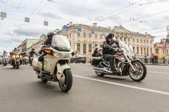 Ludzie podróżuje na moscie na motocyklach Zdjęcie Royalty Free