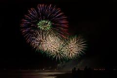 Ludzie podziwia fajerwerki od plaży w forte dei Marmi obrazy royalty free